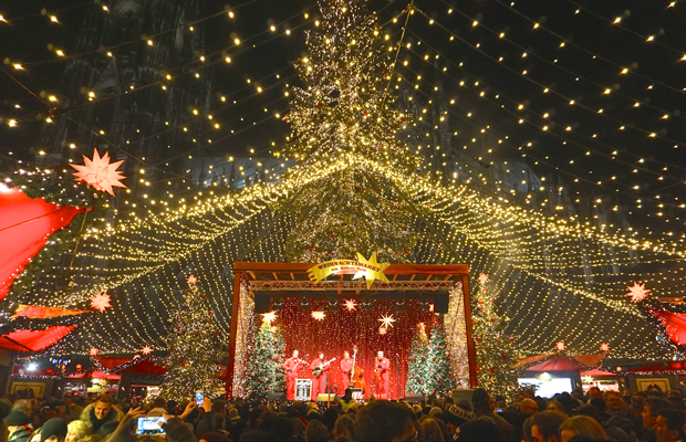 signature-blogs-christmas-markets-germany-concert-crowd