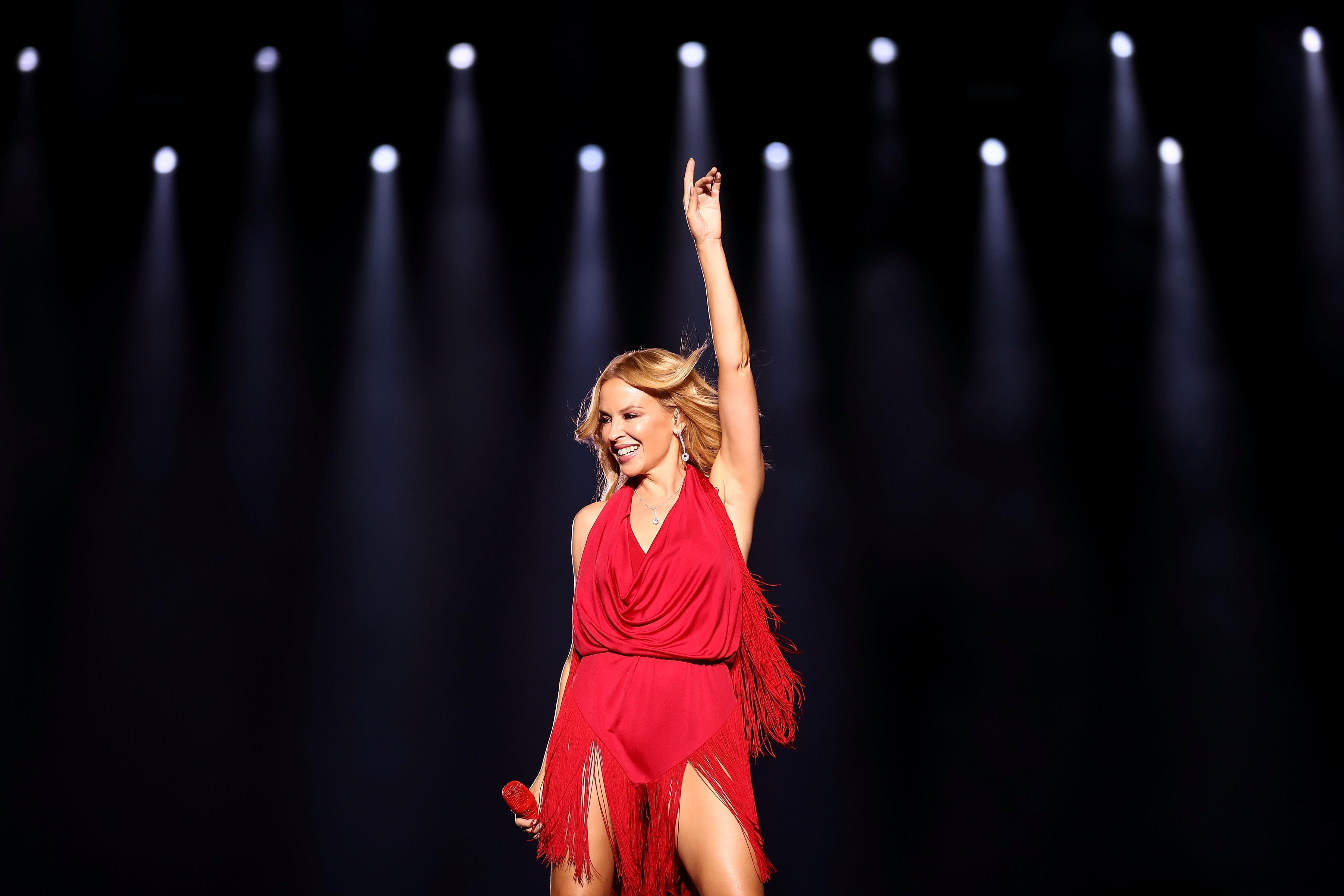 Kylie Minogue kicked off the race wweekend for the 2016 Formula 1 Singapore Airlines Grand Prix.