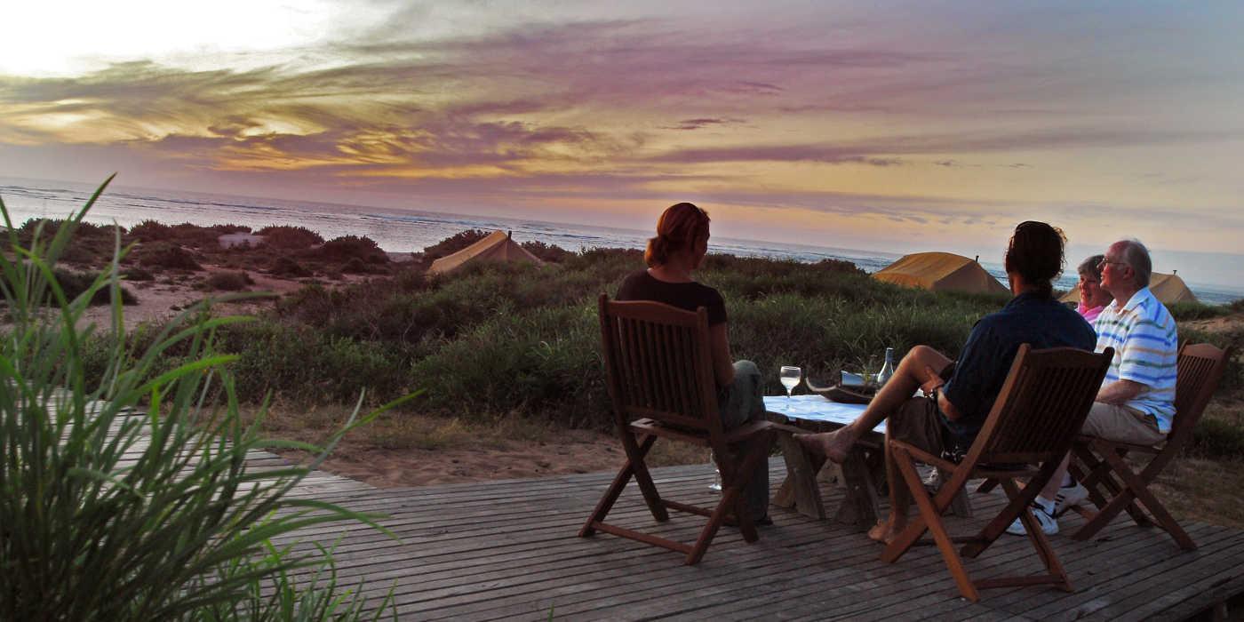 Sal-Salis_Ningaloo-Reef_Sundowner-drinks-on-deck