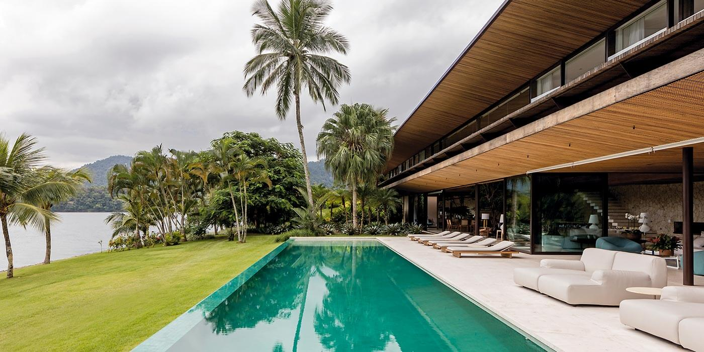 Residência AB can be opened up to the pool and ocean breeze