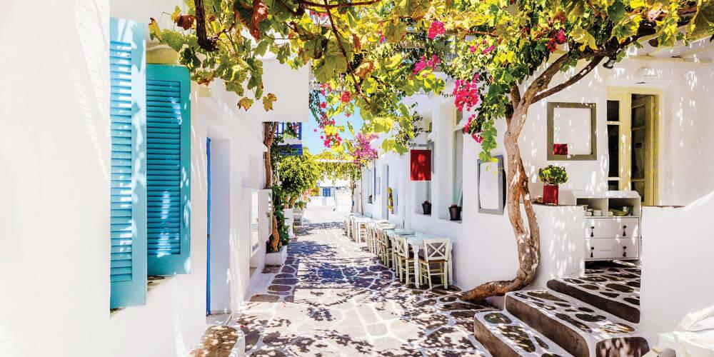 An atmospheric Paros alley