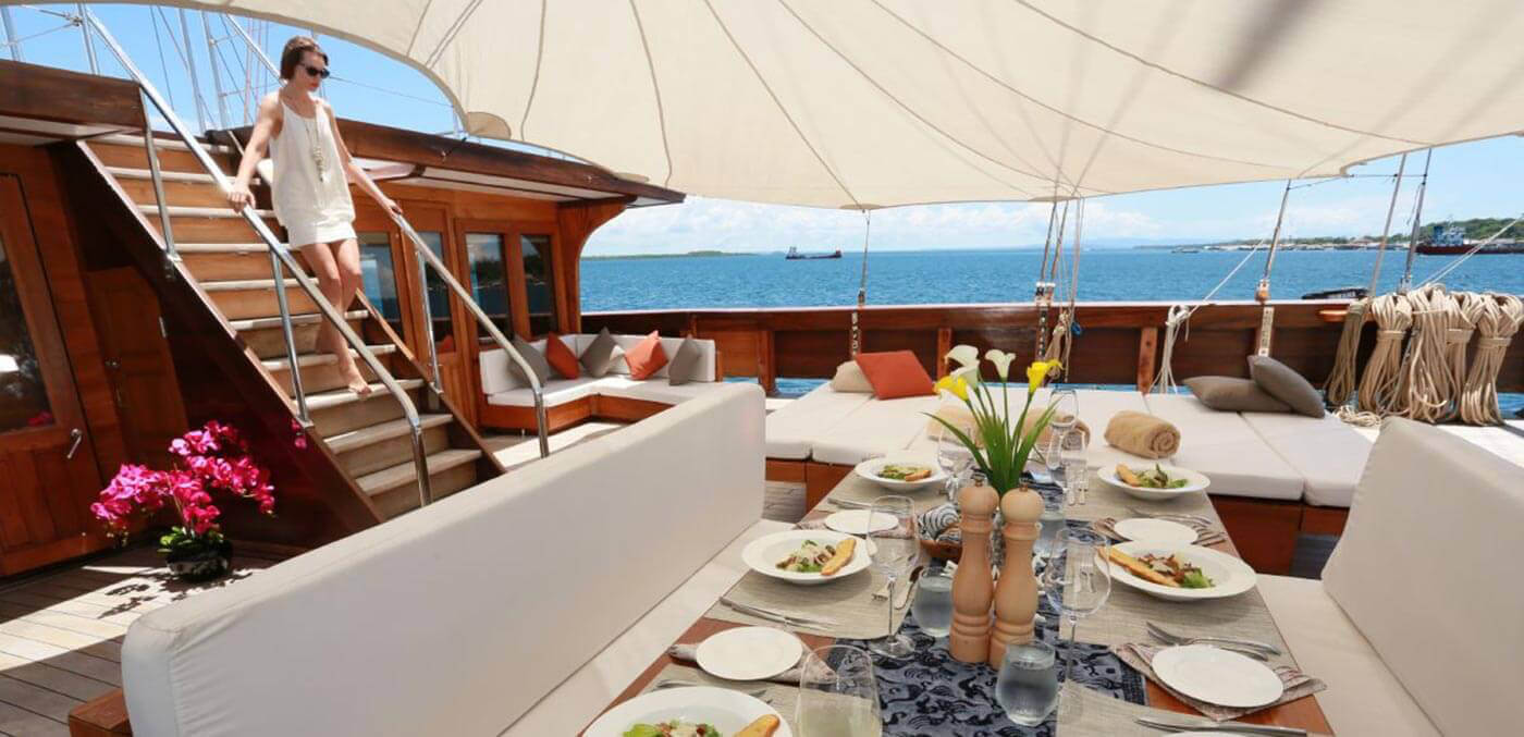 Dining on the deck, Lamina