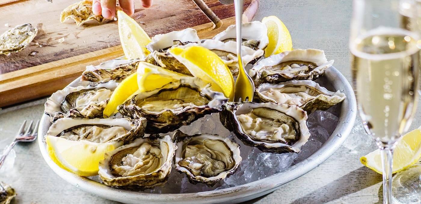 Fresh oysters with lemon and champagne