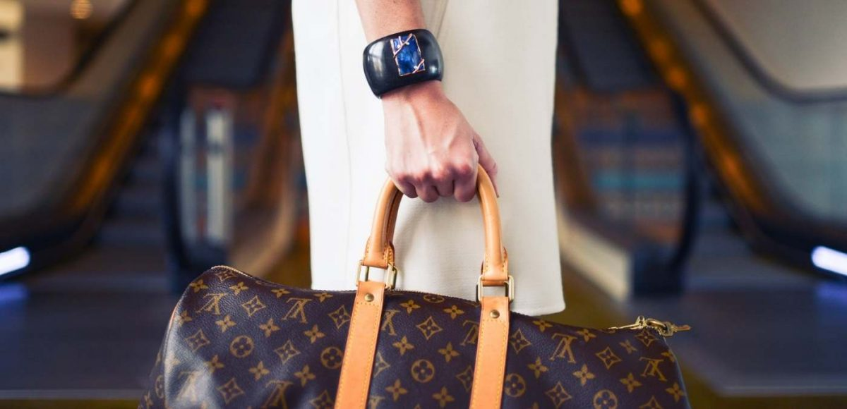 lady carrying louis vuitton bag through airport